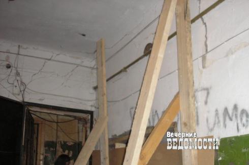 В Екатеринбурге на диван, где спала девочка, рухнул потолок