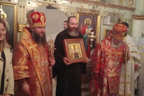Среднеуральский епископ Евгений отдал епископу Банатскому Никанору икону Николая Второго