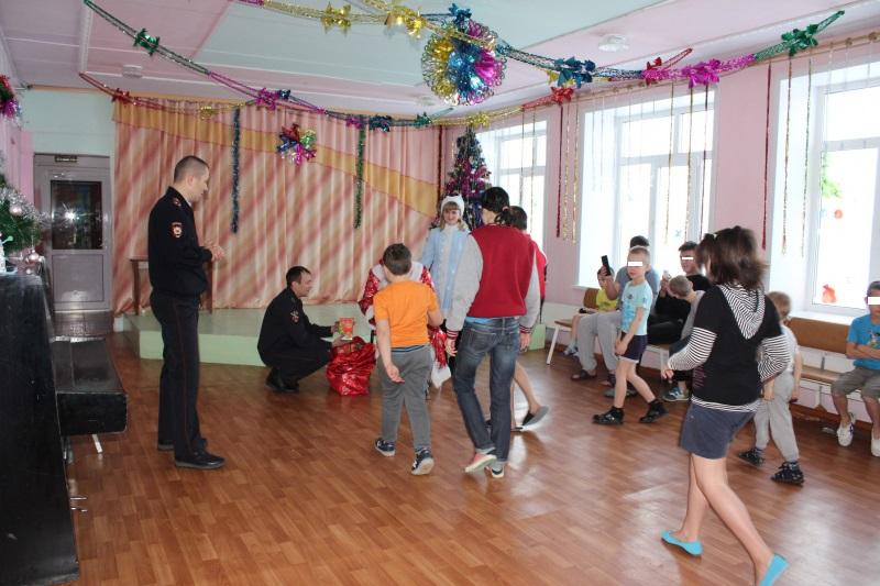 «Полицейский Дед Мороз» поздравил детей в Талице