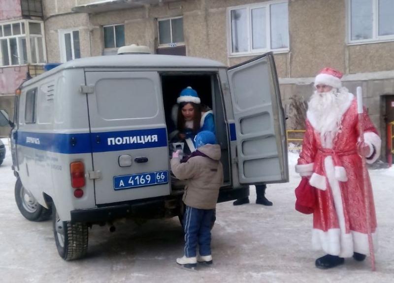 Нижние Серги посетил «Полицейский Дед Мороз»